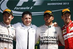 Het podium,: Nico Rosberg, Mercedes AMG F1, tweede; Peter Bonnington, Mercedes AMG F1 ingenieur; Lew