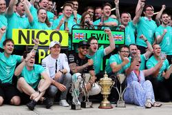 Winnaar Lewis Hamilton, Mercedes AMG F1 viert met ploegmaat Nico Rosberg, Mercedes AMG F1, en moeder