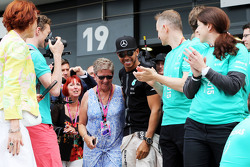 Winnaar Lewis Hamilton, Mercedes AMG F1 viert met moeder Carmen Lockhart en het team