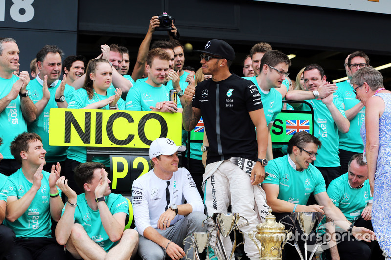 Race winner Lewis Hamilton, Mercedes AMG F1 celebrates with team mate Nico Rosberg, Mercedes AMG F1, his mother Carmen Lockhart, and the team