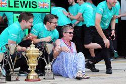 Carmen Lockhart, madre de Lewis Hamilton, Mercedes AMG F1, celebra con el equipo