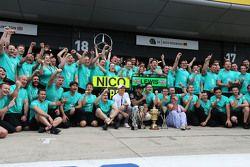 El ganador, Lewis Hamilton, Mercedes AMG F1 celebra con Nico Rosberg, Mercedes AMG F1, su madre Carm