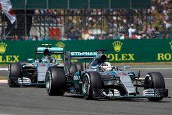 Lewis Hamilton, Mercedes AMG F1 Team à frente de Nico Rosberg, Mercedes AMG F1 Team