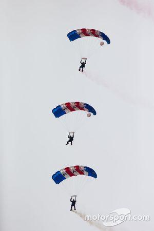 Falcões da Royal Força Aérea voam de paraquedas em demonstração