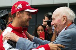 (E para D): Sebastian Vettel, Ferrari com John Surtees
