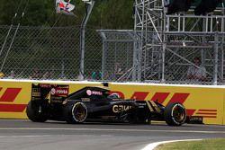 Pastor Maldonado, Lotus F1 E23 retired from the race
