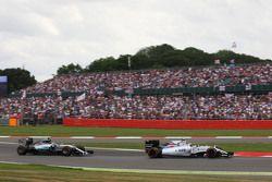 Valtteri Bottas, Williams FW37 lidera a Nico Rosberg, Mercedes AMG F1 W06