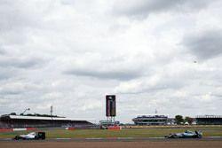 Valtteri Bottas, Williams FW37, vor Lewis Hamilton, Mercedes AMG F1 W06