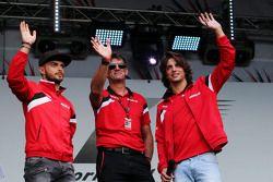 (E to D): Will Stevens, Manor F1 Team com Roberto Merhi, Manor F1 Team e Graeme Lowdon, Diretor executivo da Manor F1 Team no show pós corrida