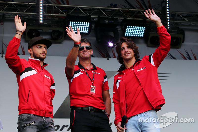 (Von links nach rechts): Will Stevens, Manor F1 Team, mit Roberto Merhi, Manor F1 Team, und Geschäftsführer Graeme Lowdon, Manor F1 Team, auf dem Konzert nach dem Rennen