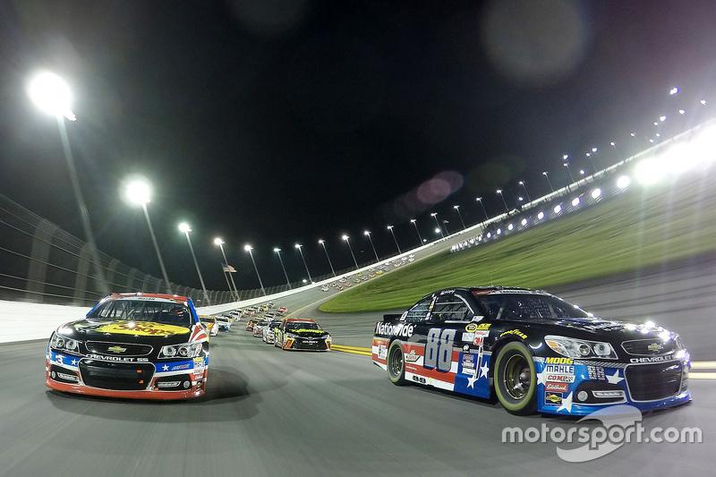 Dale Earnhardt Jr., Hendrick Motorsports Chevrolet dan Austin Dillon, Richard Childress Racing Chevrolet