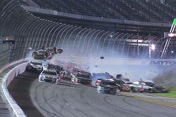 Austin Dillon, Richard Childress Racing Chevrolet bate na grade de proteção
