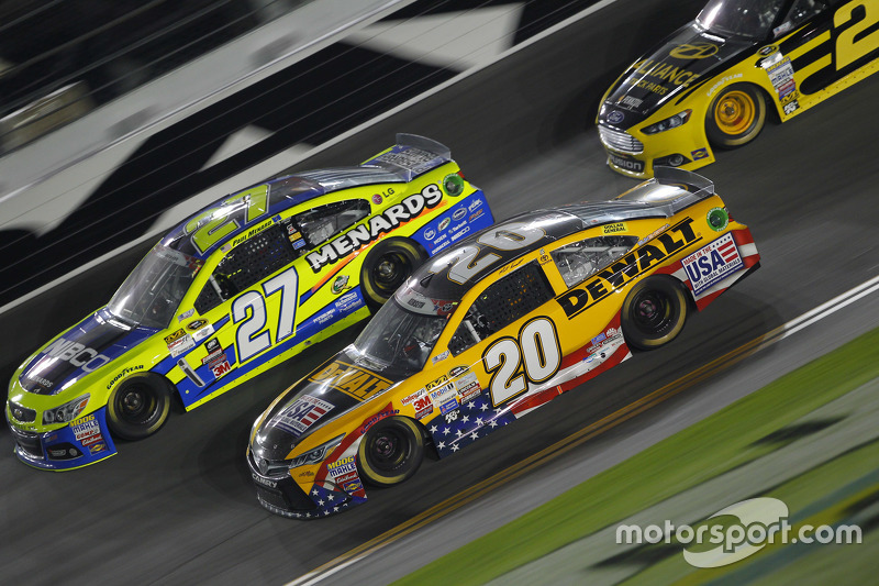 Paul Menard, Richard Childress Racing, Chevrolet, und Matt Kenseth, Joe Gibbs Racing, Toyota