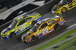 Paul Menard, Richard Childress Racing Chevrolet y Matt Kenseth, Joe Gibbs Racing Toyota