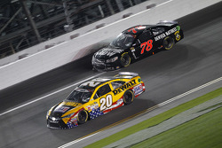 Martin Truex Jr., Furniture Row Racing Chevrolet y Matt Kenseth, Joe Gibbs Racing Toyota