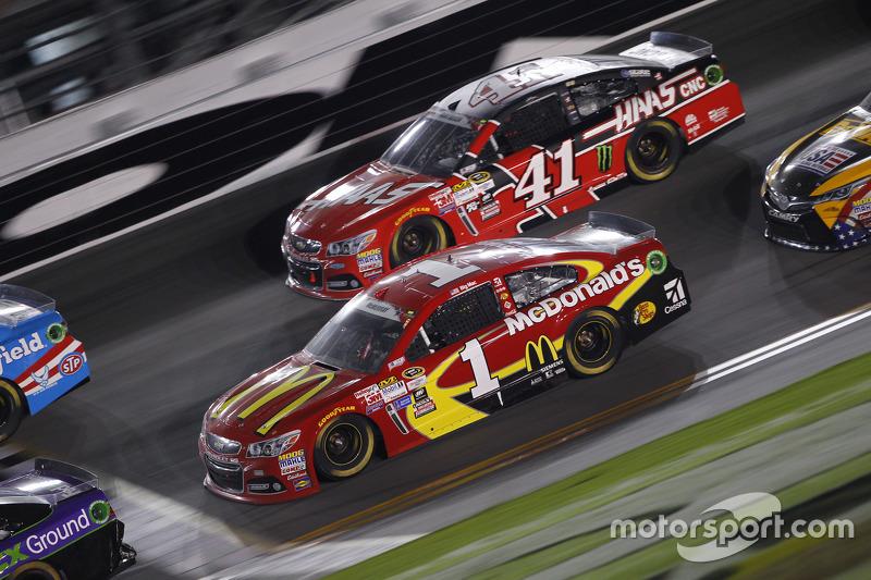 Kurt Busch, Stewart-Haas Racing, Chevrolet, und Jamie McMurray, Chip Ganassi Racing, Chevrolet