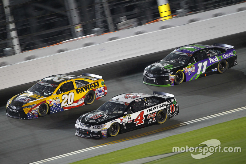 Matt Kenseth, Joe Gibbs Racing, Toyota; Kevin Harvick, Stewart-Haas Racing, Chevrolet, und Denny Ham