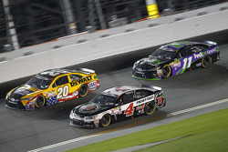 Matt Kenseth, Joe Gibbs Racing Toyota, Kevin Harvick, Stewart-Haas Racing Chevrolet y Denny Hamlin,