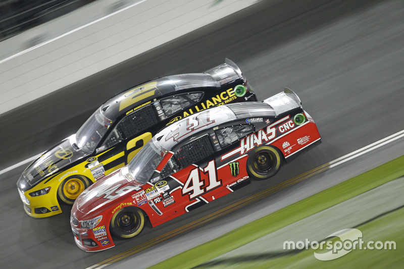 Brad Keselowski, Team Penske, Ford, und Kurt Busch, Stewart-Haas Racing, Chevrolet
