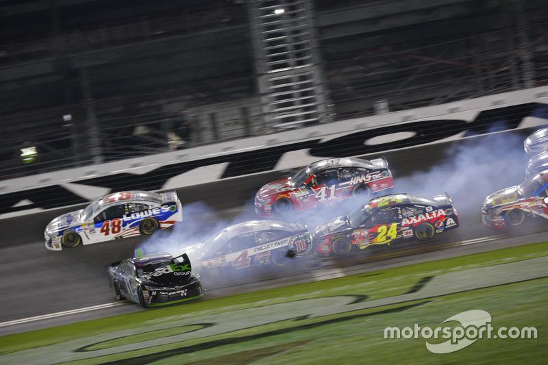 Denny Hamlin, Joe Gibbs Racing, Toyota, mit Dreher bei der Zieldurchfahrt
