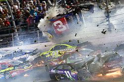 Остин Диллон, Richard Childress Racing Chevrolet, попал в большую аварию на финише