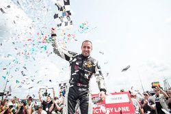 Kevin Lacroix fête sa victoire
