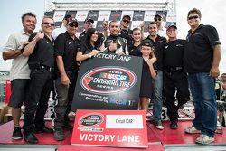 Kevin Lacroix fête sa victoire dans la Victory Lane