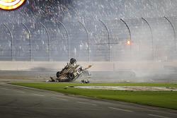 Los equipos de verificación en el coche destrozado de Austin Dillon, Richard Childress Racing Chevro