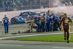 Les mécaniciens vont vers la voiture détruite d'Austin Dillon, Richard Childress Racing Chevrolet