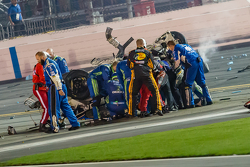 Los equipos con el auto destrozado de Austin Dillon, Richard Childress Racing Chevrolet