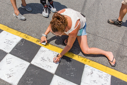 Fans unterschreiben auf der Ziellinie
