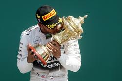 Le vainqueur Lewis Hamilton, Mercedes AMG F1 Team