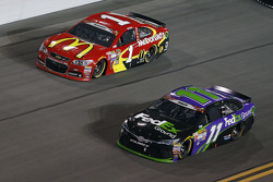 Jamie McMurray, Chip Ganassi Racing Chevrolet y Denny Hamlin, Joe Gibbs Racing Toyota