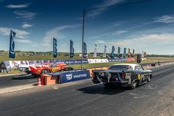 Заезд двух про-модов - Dodge Viper DT (слева) против ГАЗ 13 Чайка спорт