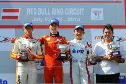 Подиум: Константин Терещенко, Campos, второй, Лео Пульчини, DAV, победитель и Ю Канамару, RACE, трет