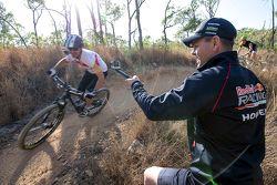 Jamie Whincup, Red Bull, Holden, auf einem Mountainbike, Craig Lowndes macht ein Foto