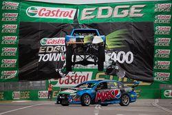 Ein Stadium-Truck springt über Chaz Mosters Ford