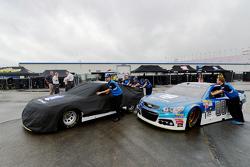 Miembros de la tripulación Hendrick Motorsports empujan el coche de Dale Earnhardt