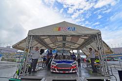 Trevor Bayne, Roush Fenway Racing Ford va a la inspección