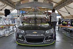 Justin Allgaier, HScott Motorsports Chevrolet va a la inspección