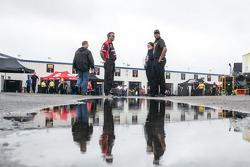 Miembros de la tripulación esperan en el área del garaje