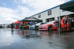 Los autos esperan en el área del garaje