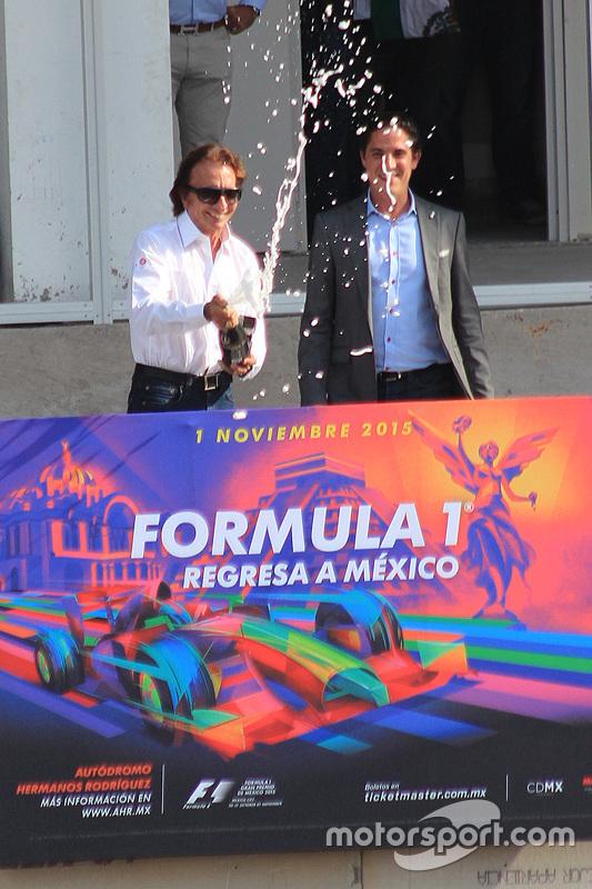 Emerson Fittipaldi nominato ambasciatore del Gran Premio del Messico festeggia con Rodrigo Sanchez