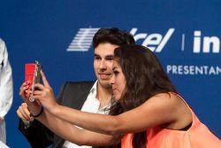 Sergio Pérez Sahara Force India F1 se toma una selfie con una fan