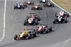 Largada: Antonio Giovinazzi, Jagonya Ayam with Carlin Dallara Volkswagen lidera a prova à frente de Felix Rosenqvist, Prema Powerteam Dallara Mercedes-Benz