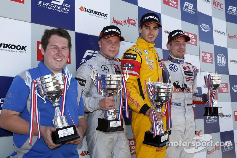 Race 1 Podium: peringkat kedua Felix Rosenqvist, Prema Powerteam, dan winner Antonio Giovinazzi, Jagonya Ayam with Carlin, dan peringkat ketiga Markus Pommer, Motopark Dallara Volkswagen