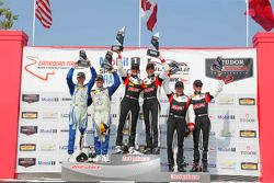 Podio: ganadores de carreras # 17 RS1 Porsche Cayman: Spencer Pumpelly, Luis Rodríguez Jr., el segundo puesto # 26 Libertad Autosport Mazda MX-5: Andrew Carbonell, Liam Dwyer y el tercer puesto # 19 RS1 Porsche Cayman: Connor Bloum, Greg Strelzoff