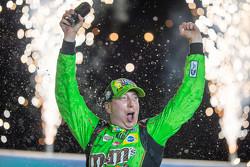 El ganador de la carrera, Kyle Busch, Joe Gibbs Racing Toyota
