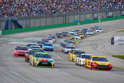 Restart: Kyle Busch, Joe Gibbs Racing Toyota, und Joey Logano, Team Penske Ford