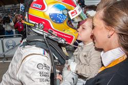 Le deuxième, Augusto Farfus, BMW Team RBM BMW M4 DTM embrasse sa fille Victoria